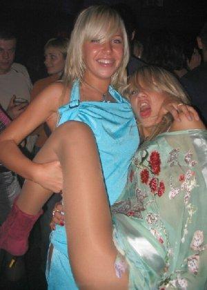Русские светловолосые девушки показывают свои тела на публику - фото 12