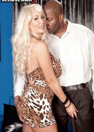 Бриттани О'Нейл - роскошная блондинка, которая быстро соблазняет шоколадного мужчину - фото 8