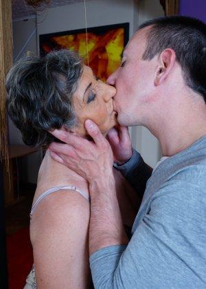 Женщина в почтенном возрасте соблазняет молодого мужчину и он устраивает ей хорошую еблю - фото 8