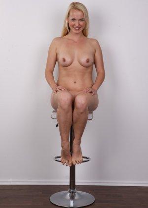 Блондинка с большой попкой и тату на спине оголила свое тело на камеру - фото 13