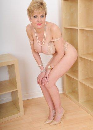 Леди Соня – зрелая блондинка, которая показывает себя со всех сторон, представляя самые выгодные части тела - фото 3