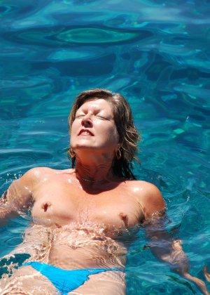 Отдых на море в эротических фото зрелой дамы на крутой фотик - фото 32