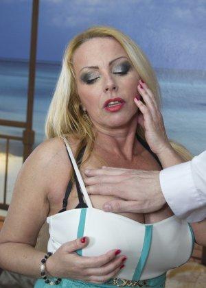 Блондинка с огромными сиськами оказалась профессиональной шлюшкой, которая отлично сосет и трахается во все щели - фото 10