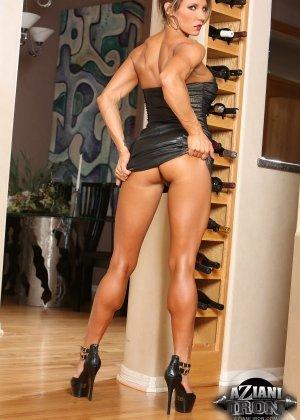Горячая штучка показывает свою отличную физическую подготовку - ее телу можно только позавидовать - фото 12