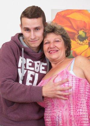 Пожилая женщина оказывается в обществе молодого парня и дает себя трогать во всех местах - фото 3