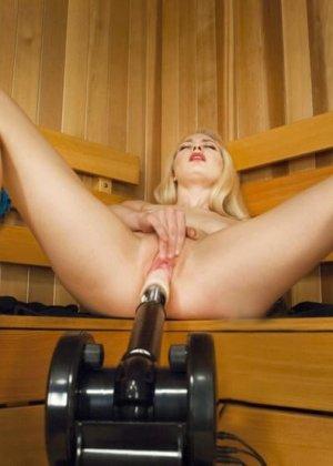 Развратная блондинка с удовольствием принимает в себя вибратор от секс-машины и балдеет от ощущений - фото 15