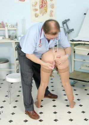 Женщина оказывается на приеме у гинеколога и раздвигает ноги для очень тщательного осмотра - фото 4