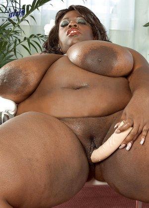 Очень большие сиськи всегда привлекают внимание, эта пышная негритянка потрясет своими дойками - фото 12