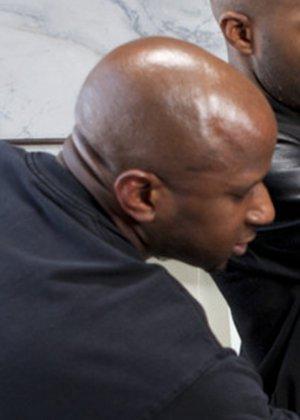 Белла Росси оказывается между несколькими черными членами, давая им себя трахать во все щелки - фото 13