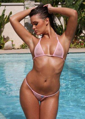 Сексуальная шатенка Эбби Кросс сегодня в ударе – несколько раз мастурбировала себе пизду около бассейна - фото 2