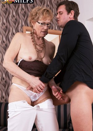 Зрелая тетка в чулках сделала молодому минет и дала в жопку - фото 12