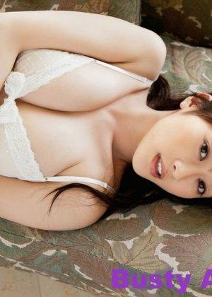 Азиатка у которой довольно большие буфера с радостью позирует на камеру - фото 14