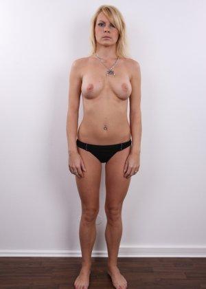 Девушка позирует перед камерой в обнаженном виде у стула - фото 7