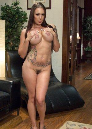 Рисковая девушка соглашается на сумасшедший секс с несколькими мужчинами и разрешает им все - фото 5