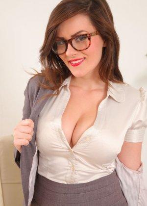 Шарлотта Роуз – шикарная секретарша, которая знает себе цену и показывает все самые лучшие части тела - фото 9