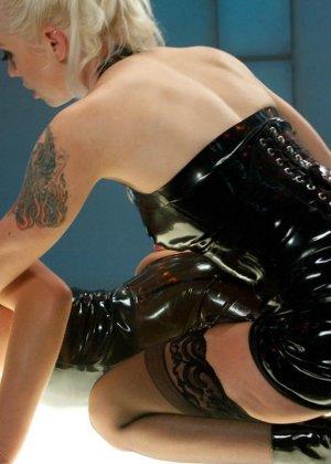 Две привлекательные лесбиянки будут трахать друг друга очень длинным резиновым членом - фото 9