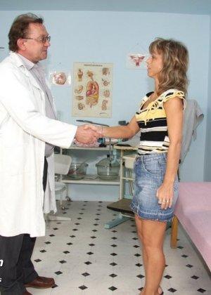 Зрелая Владимира заботится о своем здоровье, поэтому приходит к гинекологу на тщательный осмотр - фото 1