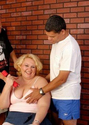 Зрелая бабка приглашает соседских парней, чтобы они трахнули ее щелку за деньги - фото 16