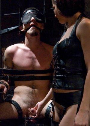 Брюнетка в латексе занимается жестокой еблей с незнакомым мужиком - фото 11