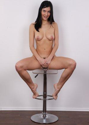 На чешский порно кастинг приперлась привлекательная брюнетка с волосами на лобке - фото 15