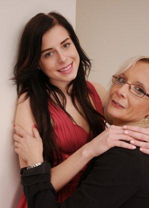 Зрелая блондинка показывает молодой брюнетке, как показывать чувственное удовольствие от женских ласк - фото 2