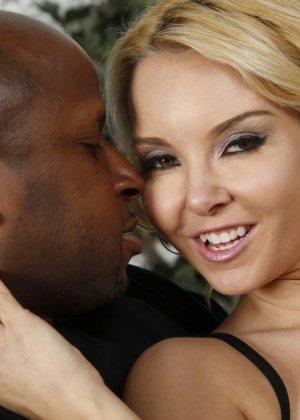 Соблазнительная блондинка насаживается на черный член и получает удовольствие от проникновения - фото 1
