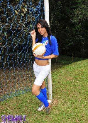 Горячая футболистка когда сняла с себя трусики оказалась вовсе не девушкой - фото 1
