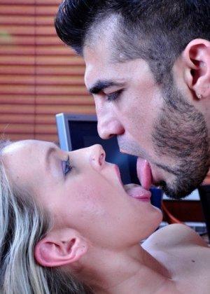 Новая секретарша оказалась блядью и дала своему шефу в жопу, предварительно смачно отсосав у него - фото 20