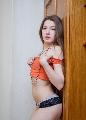 Сексуальная красотка показывает своё стройное тело, чтобы подразнить всех мужчин собой - фото 5