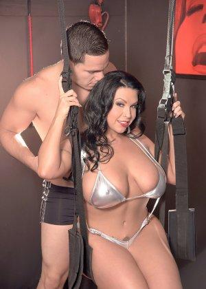 Шеридан Лав устраивает отличное шоу мужчине, демонстрируя свое пышное тело с выдающимися формами - фото 3