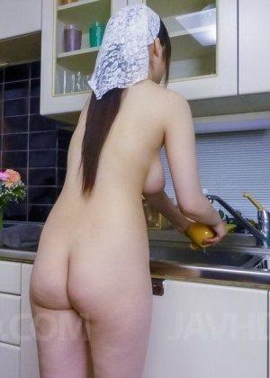 Японка Ри Тачикава ходит по кухне голая и дожидается пока мужчина подходит к ней сзади, чтобы попросить ласки - фото 1