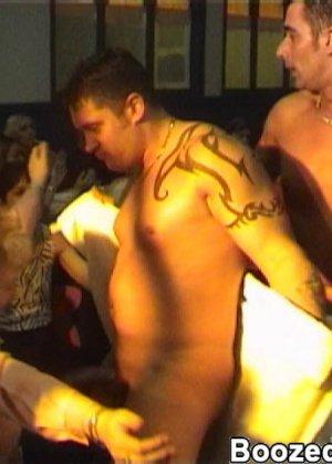 Мужики в клубах дают в ротик своим неописуемо красивым телкам - фото 5
