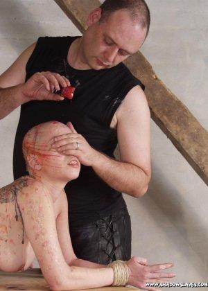 Лысая голая телка в краске улыбается перед своим мужиком - фото 4