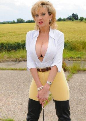 Леди Соня показывает свою задницу в облегающих брюках и поражает объемом груди - фото 14