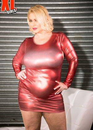 Пухлая блондинка снимет красное сексуальное платье, чтобы мужики пустили слюну на аппетитный бюст - фото 4
