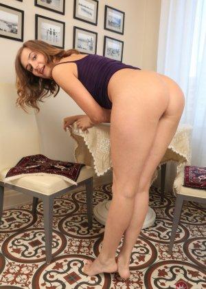 Сексуальная домработница скинула с себя влажные трусики и показывает пизду - фото 1