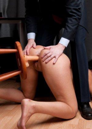 Два зрелых парня издеваются над красоткой суя ей в пизду секс игрушки - фото 5
