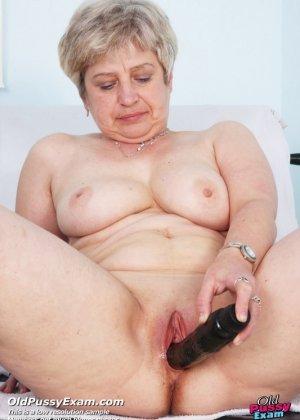 Женщина в возрасте приходит на прием к врачу и получает удовольствие от тщательного осмотра - фото 11