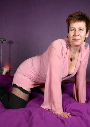 Зрелая женщина в эротичном костюме показывает себя всю, принимая самые откровенные позы - фото 6