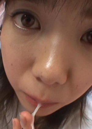 Миленькая азиатская девчонка очень нежно сосет и лижет крепкий пенис - фото 3