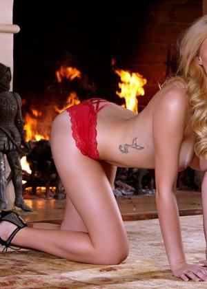 Пенелопа Линн снимает с себя красное белье и оказывается обнаженной перед камерами - фото 10