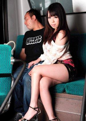 Жесткая порно модель на публике в автобусе занимается сквиртингом - фото 2