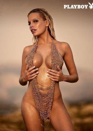 Красивая фотомодель с силиконовыми дойками позирует голой перед камерой - фото 14