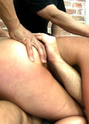 Жесткий секс втроем с привлекательной русской девушкой и горячая сперма на лицо - фото 5