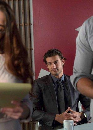 Вероника Вайн привлекает внимание своего босса и он ведется на ее сексуальность – трахает ее прямо в кабинете - фото 2