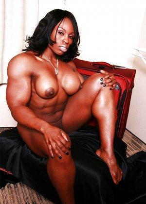 Черная женщина показывает, что занимаясь бодибилдингом можно добиться невероятных результатов - фото 2