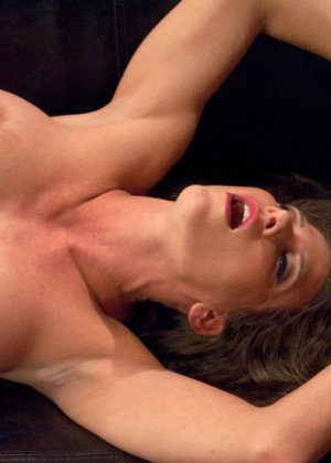 Телка согласилась на настоящее испытание, ее связали, а во все щели вставили мощные секс-машины - фото 7