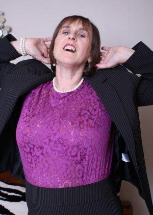 Женщина в возрасте не стесняется своего тела, поэтому с удовольствием показывает себя - фото 9