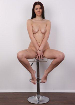 Очень красивая молодая девушка оголяет свое красивое тело перед камерой - фото 15