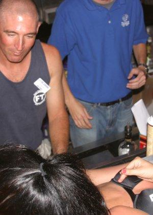 Пьяные девушки показывают свои обнаженные тела в стенах клуба - фото 7